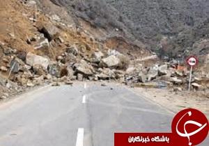 ریزش سنگین کوه در محور پلدختر- خرم آباد/ عوامل راهداری مشغول بازگشایی هستند