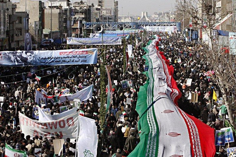راهپیمایی 22 بهمن زیر بمباران