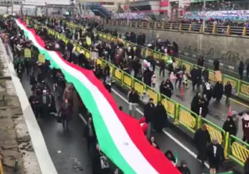پرچم پرشکوه ایران، چتری از جنس امنیت و افتخار بر سر شرکت کنندگان در راهپیمایی + فیلم