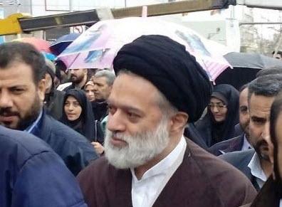 فرزند ارشد مقام معظم رهبری در حال گرفتن نامههای مردم در راهپیمایی ۲۲ بهمن +تصویر