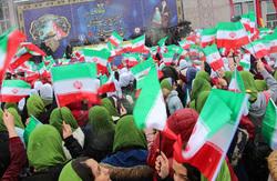 دانش آموزان همدانی درچهلمین سالگرد انقلاب اسلامی سرود انقلابی را سر دادند