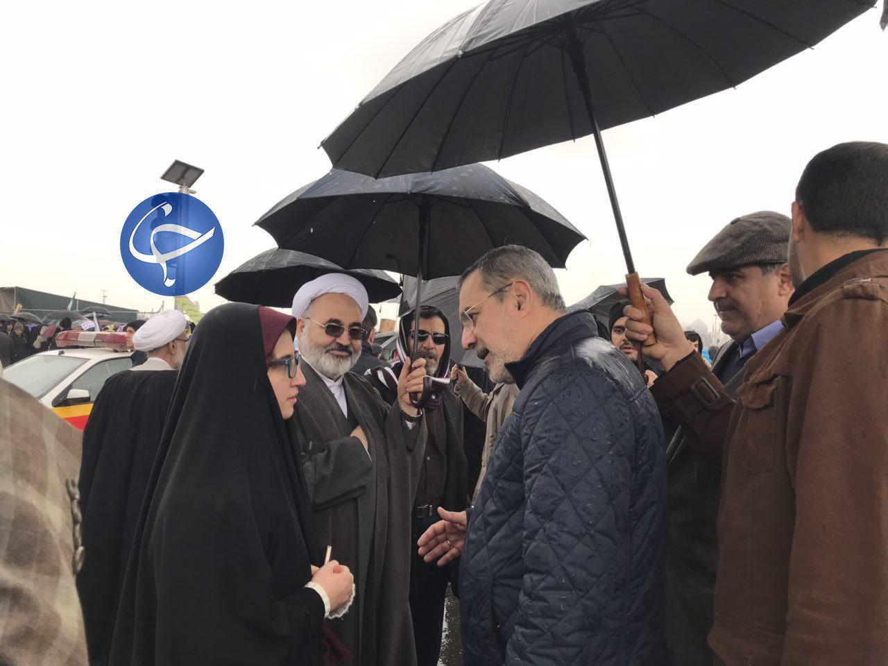 گفت و گوی وزیر آموزش و پرورش با دانش آموزان در حاشیه راهپیمایی ۲۲ بهمن