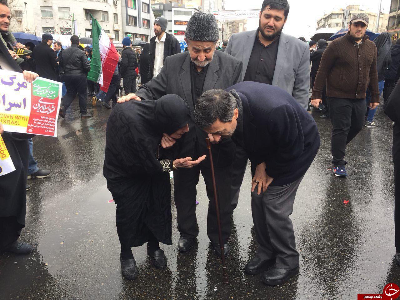 گفتگوی رئیس کمیته امداد با یکی از حاضران در راهپیمایی + عکس