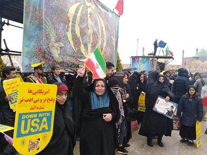مردم پای انقلاب خود ایستاده و مقاومت میکنند