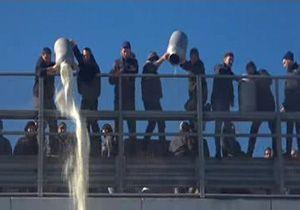 اعتراض عجیب دامدران ایتالیایی به سقوط قیمت شیر + فیلم