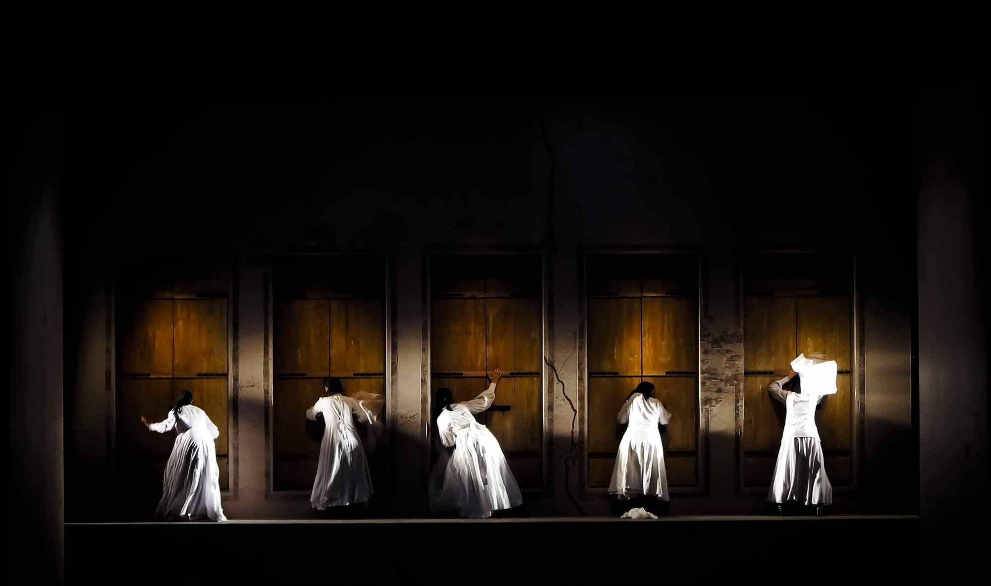 اجرای نمایش خیابانی «نامیرا» زیر باران شدید/ صندلیهای خالی تماشاگر «خانه برنارد آلبا» بود