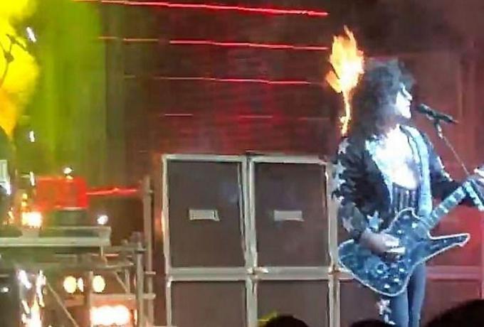 آتش گرفتن خواننده آمریکایی روی صحنه+فیلم