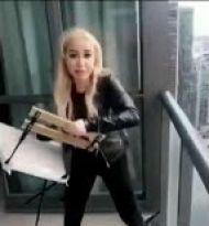 شوخی خطرناک زن دیوانه با پرتاب صندلی از بالای برج+عکس