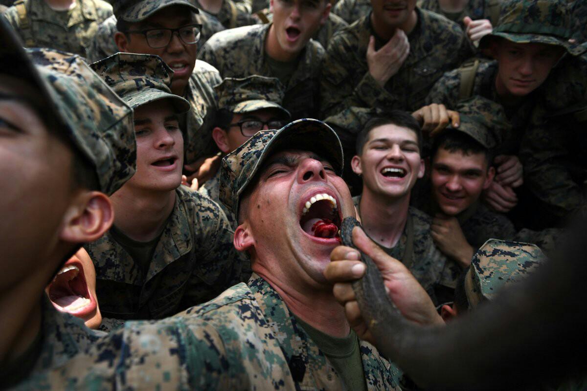شیوههای تهوعآور آموزش سربازان آمریکایی: از نوشیدن خون مار کبرا تا خوردن عقرب و کرم خاکی! + تصاویر و فیلم