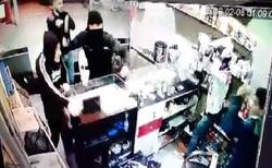 حمله وحشیانه اراذل و اوباش با شمشیر به فروشندههای یک مغازه در اراک + فیلم