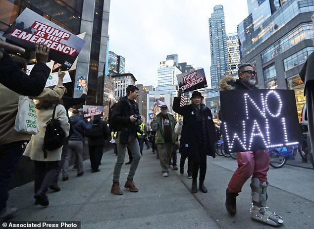 تجمع اعتراضی مردم مقابل هتل بین المللی ترامپ در نیویورک+ تصاویر