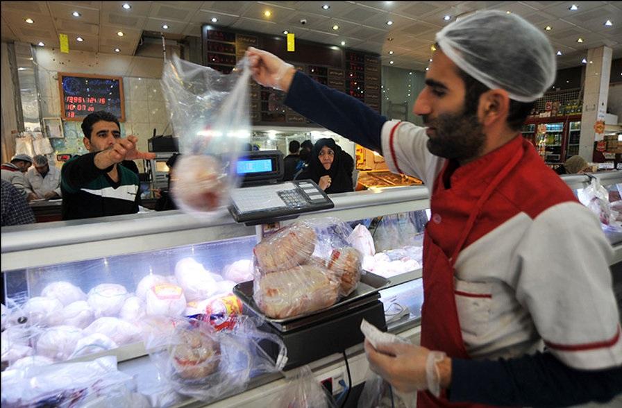 باشگاه خبرنگاران -مرغ کامل تازه در بسته بندی غرفه تره بار