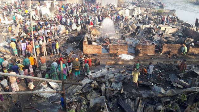 آتش ۲۰۰ خانه در محله فقیرنشین بنگلادش را تخریب کرد+تصاویر