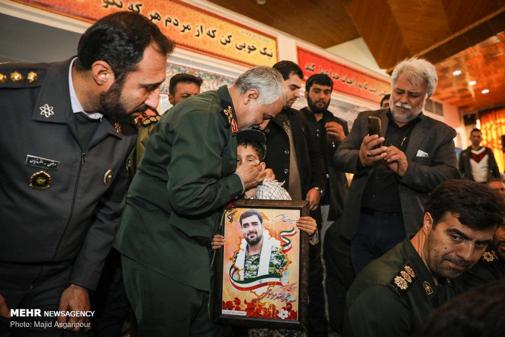 فرزند شهید امنیت در آغوش سردار سلیمانی/ آرزوی ویژه شهید مدافع وطن