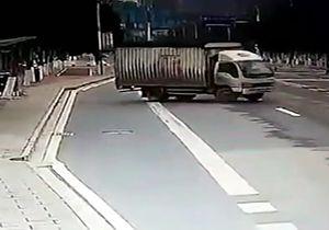 مرگ افسر پلیس به دلیل دور زدن ناگهانی کامیون + فیلم