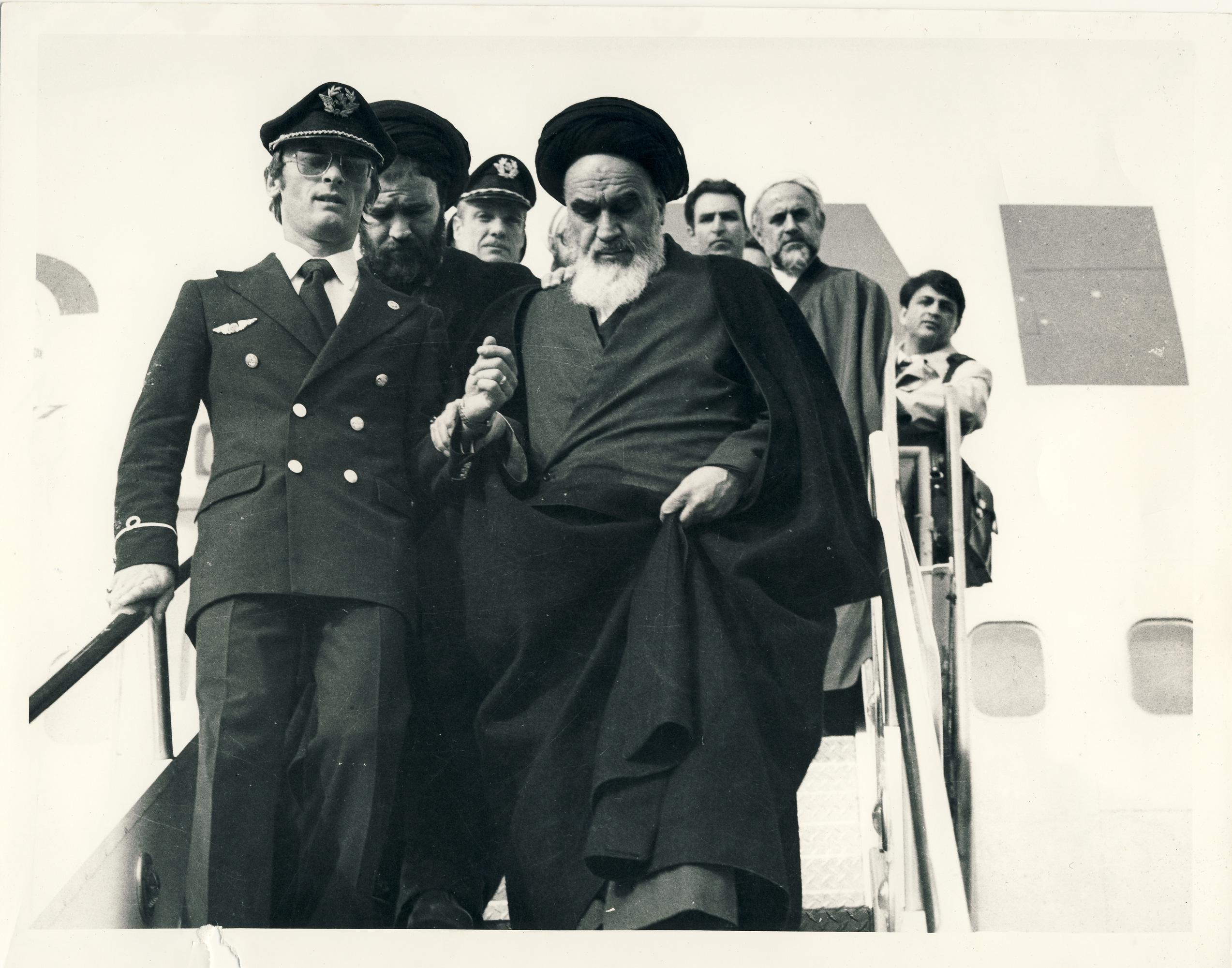 خاطرات عکاسی که پیاده شدن امام(ره) از هواپیما را عکس گرفت/ از ثبت تظاهرات بهمن 57 تا پرتره سرداران دفاع مقدس