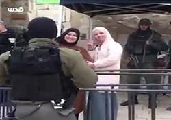 لبخند تحقیرآمیز دو بانوی فلسطینی به نظامیان رژیم صهیونیستی + فیلم
