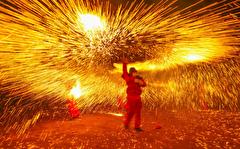 باشگاه خبرنگاران -تصاویر روز: از اجرای نمایش با آهن مذاب در چین تا اعتراض یک فلسطینی در نوار غزه