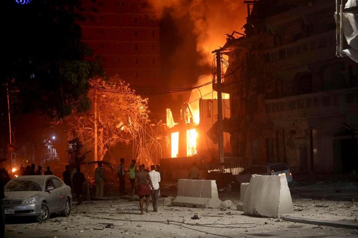 15 کشته در انفجار و تیراندازی در پایتخت سومالی+تصاویر