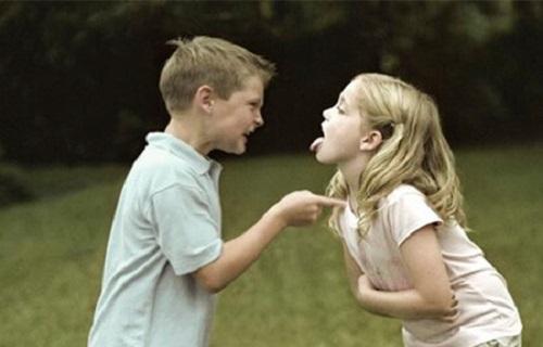 آنچه پدر و مادرها در دعوای خواهر و برادری باید بدانند/ هرگز قضاوت نکنید