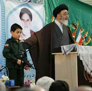 محافظت از یک امام جمعه با اسلحه های پلاستیکی +تصویر