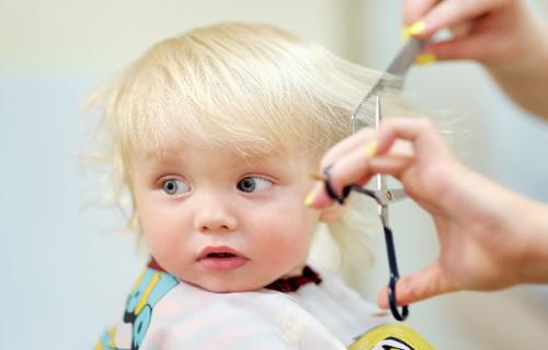 بهترین زمان برای اولین کوتاهی موی کودکان/ موی سر نوزادان را با تیغ نتراشید