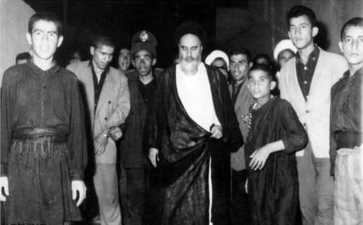 تصویری دیده نشده از امام خمینی در دسته عزاداری