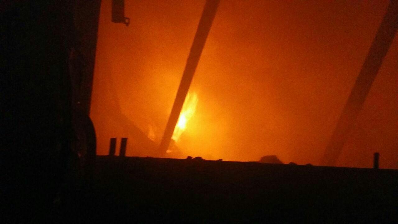 آتش سوزی کارگاه مبل سازی در بزرگراه آزادگان/ فوت کارگر جوان در حادثه + عکس و فیلم