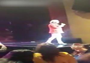 سقوط خواننده معروف از روی سن حین اجرای کنسرت + فیلم