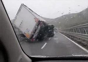 چپ شدن خودروهای سنگین بر اثر باد شدید در ایتالیا + فیلم