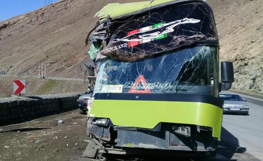 برخورد اتوبوس حامل مسافر با دیواره تونل یک جاده کرج چالوس