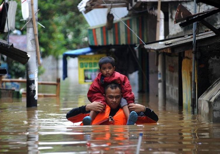 مرگ ۴۲ نفر بر اثر جاری شدن سیل در شرق اندونزی