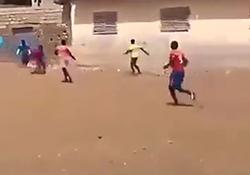 پرت شدن تماشاچی فوتبال از روی دیوار پس از شوت بازیکن + فیلم