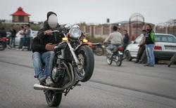 تصادف وحشتناک موتورسوار با پراید حین ویراژ دادن در جاده + فیلم