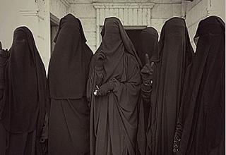 تروریستهای داعشی برای حفظ جان به لباس زنانه + فیلم