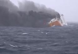 حریق کشتی حامل  ۲۰۰۰ خودرو در آبهای فرانسه + فیلم
