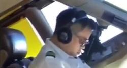 خوابیدن خلبان هواپیما در حین پرواز +فیلم