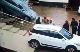 مشتری که خودروی صفر را به شیشه نمایشگاه کوبید! +فیلم