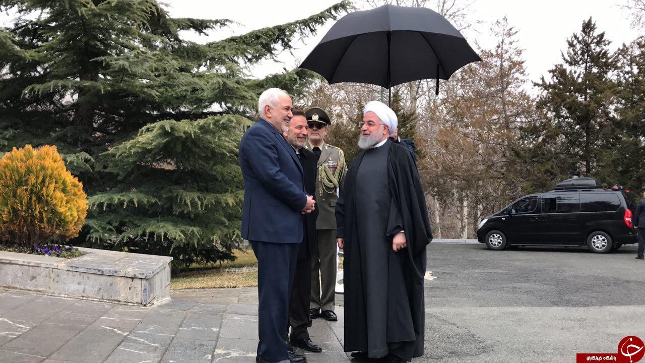 نخستين حضور ظريف در مراسمي رسمي پس از رد استعفا ؛ در كنار روحانی