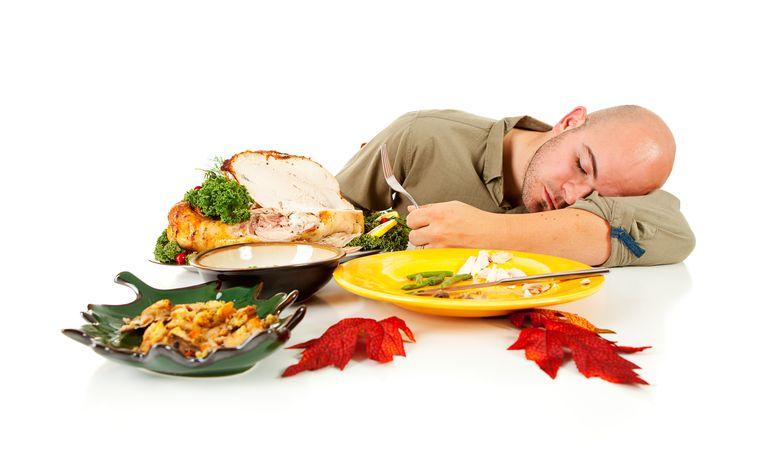 چرا بعد از غذا احساس خواب آلودگی میکنیم؟