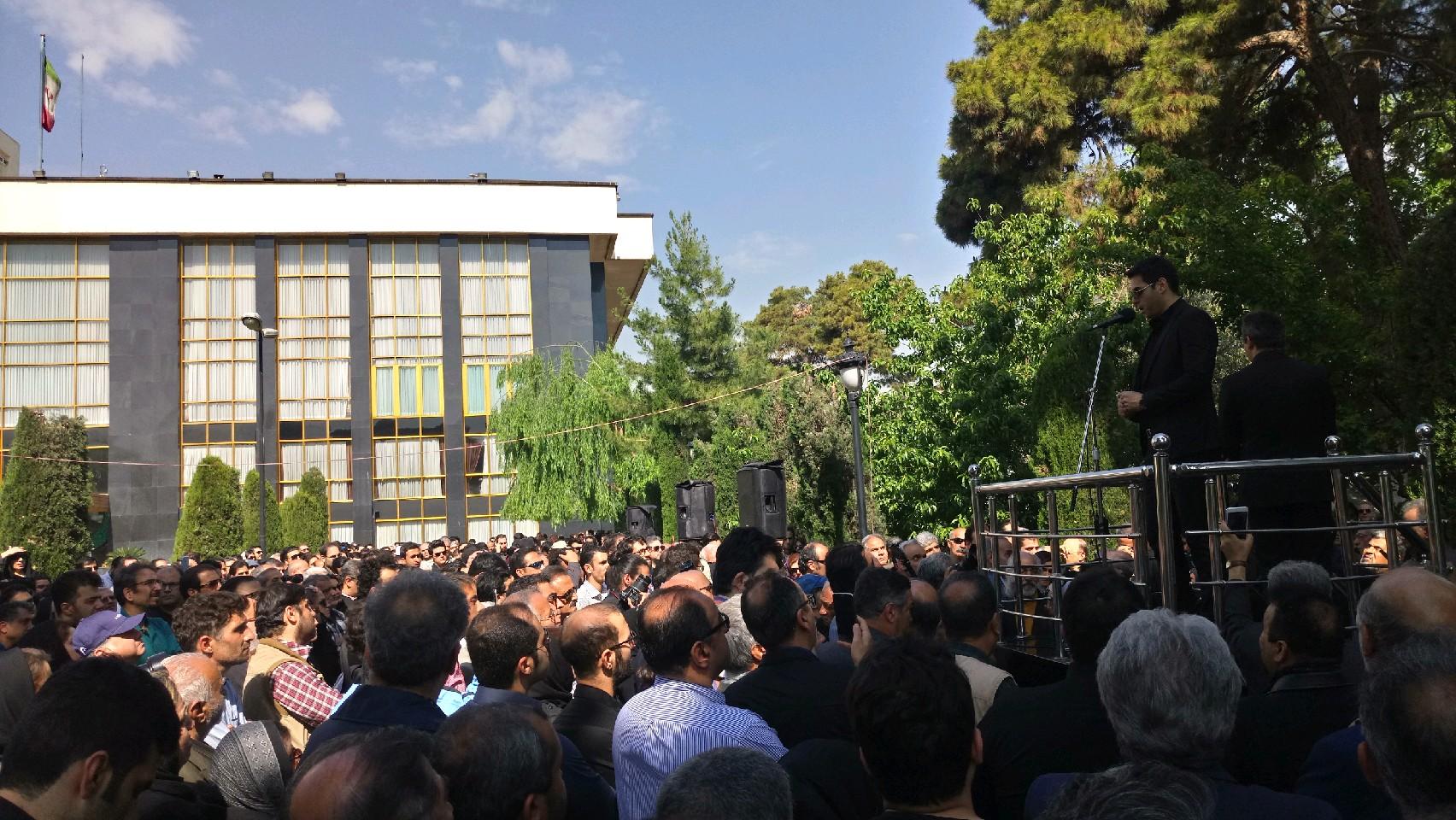 آغاز مراسم تشییع پیکر ناصر چشم آذر