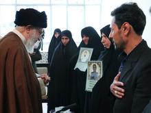 دیدار خانوادههای دو شهید نیروی انتظامی با رهبر انقلاب
