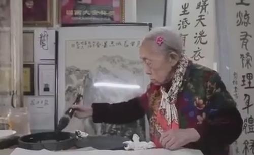 پیر زن 97 ساله ای که شاگرد اول است