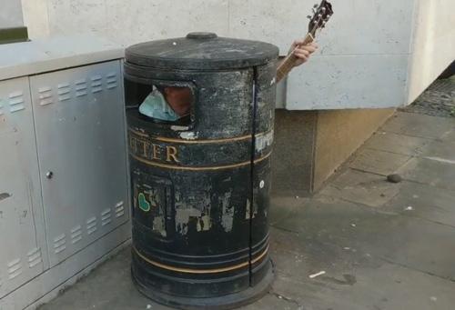اقدام عجیب نوازنده خیابانی برای جلب توجه