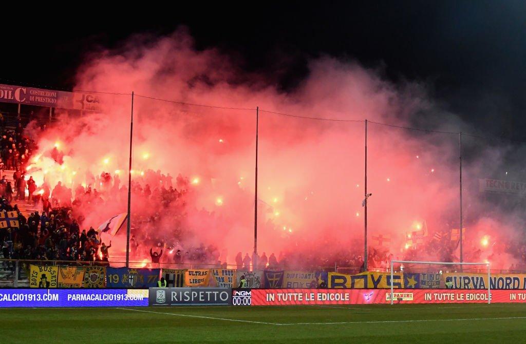 تماشاچیانی که از اشتیاق زیاد، ورزشگاه را به آتش کشیدند! + فیلم