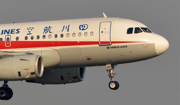 لحظات دلهره آوری که مسافران در یک هواپیمای چینی تجربه کردند + فیلم
