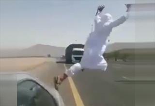 حرکت جنون آمیز مرد سعودی وسط خیابان!+فیلم