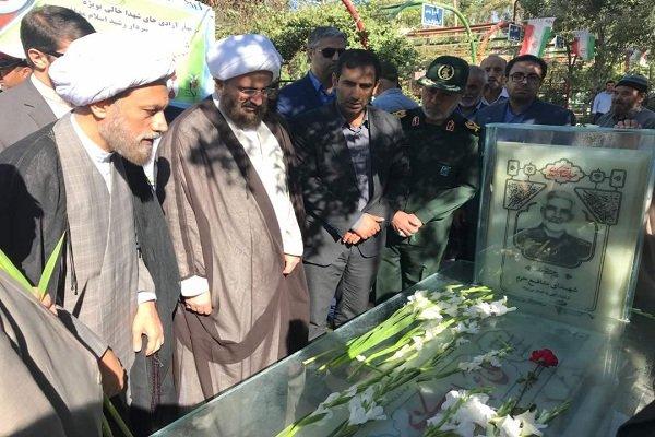امام جمعه جدید شیراز به زیارت مرقد مطهر احمدبن موسی(ع) و قبور شهدا رفت
