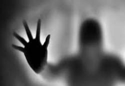 حمله عجیب نیروهای ماوراء الطبیعه به دختری در خیابان +فیلم