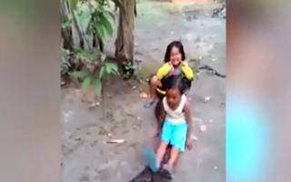سرگرمی خطرناک و غیرمعمول کودکان در اندونزی+فیلم